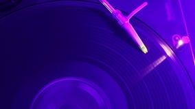 Vinylsatz, der auf Drehscheibe spinnt Nachtklubatmosphäre Nahaufnahmevideo stock video footage