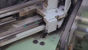 Vinylsiding som är vriden, och snitt vid maskinen för hem- reparation arkivfilmer