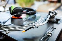 Vinylspelare med hörlurar Royaltyfri Fotografi