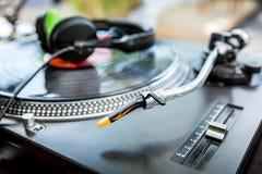 Vinylspelare med hörlurar Arkivfoto