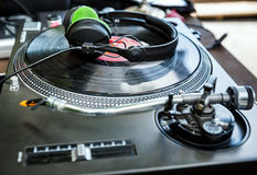 Vinylspelare med hörlurar Royaltyfri Foto