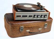 Vinylspieler auf einem alten ledernen Koffer lokalisiert auf einem whiteVinyl Spieler auf einem alten ledernen Koffer lokalisiert stockfotos