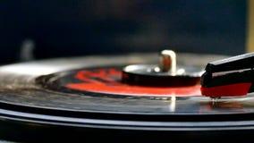 Vinylverslag die op retro draaischijf audiospeler roteren stock video
