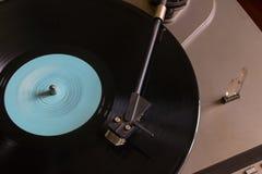 Vinylverslag met een blauw teken op de draaischijfmening van de hoogste selectieve nadruk Stock Afbeeldingen