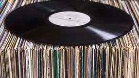 Vinylverslag op de inzameling van albums stock foto