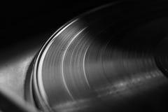 Vinylverslag op een draaischijf Geheugen en nostalgie Stock Foto's