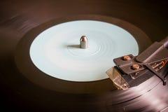 Vinylverslag op een draaischijf selectieve nadruk Stock Foto's