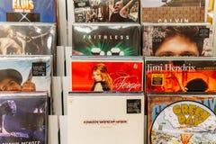 Vinylverslaggevallen van Beroemde Muziekbanden voor Verkoop in Music Store Stock Afbeelding