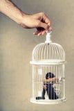 Violência de encontro às mulheres Mulher na gaiola Privação da liberdade fotos de stock
