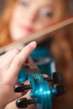 Violín azul en foco en la mano del artista Fotografía de archivo