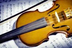 Violín con las notas de la hoja de música Fotografía de archivo libre de regalías