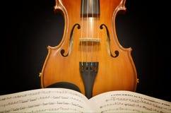 Violín con música Fotografía de archivo libre de regalías