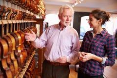 Violín de Advising Customer Buying del vendedor Fotografía de archivo