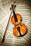 Violín de madera viejo que miente en notas musicales Imágenes de archivo libres de regalías