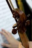 Violín de madera y música y mano de hoja Fotos de archivo