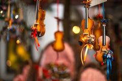 Violín decorativo para la venta como recuerdo en Salzburg Fotos de archivo