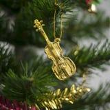 Violín en el árbol de navidad Imagen de archivo