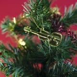 Violín en el árbol de navidad Imagen de archivo libre de regalías