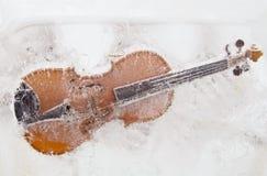 Violín en el hielo Foto de archivo libre de regalías