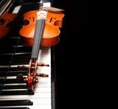 Violín en el piano foto de archivo libre de regalías