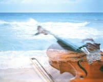 Violín en la playa Imágenes de archivo libres de regalías