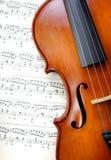 Violín en música de hoja Cierre para arriba Visión superior Foto de archivo libre de regalías