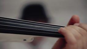 Violín en manos de la mujer talentosa almacen de metraje de vídeo