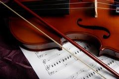 Violín encima de la música de hoja Imagen de archivo libre de regalías