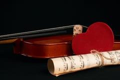 Violín, notas de la música y corazones rojos Foto de archivo
