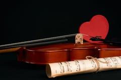Violín, notas de la música y corazones rojos Foto de archivo libre de regalías