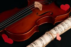 Violín, notas de la música y corazones rojos Fotografía de archivo libre de regalías