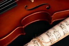 Violín, notas de la música y corazones rojos Fotos de archivo libres de regalías