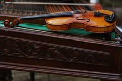 Violín que pone en un cimbalon Imagen de archivo