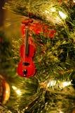 Violín rojo del violín del ornamento del árbol de navidad Fotos de archivo