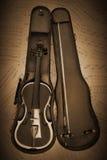 Violín viejo con la hoja de música en retro Imagenes de archivo