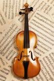 Violín viejo con las notas musicales Foto de archivo libre de regalías