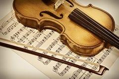 Violín viejo y notas musicales Fotos de archivo libres de regalías
