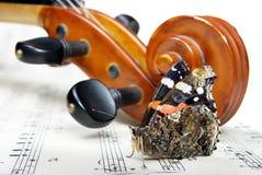Violín y mariposa el cuello de un violín y las notas se cierran para arriba Almirante de la mariposa fotografía de archivo