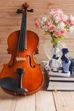 Violín y muñeca romántica Imágenes de archivo libres de regalías