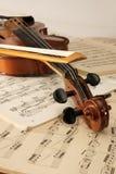 Violín y notas musicales Fotos de archivo libres de regalías