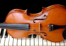 Violín y piano Copie los espacios imagen de archivo libre de regalías