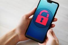 A violação da segurança destrava o ícone do cadeado na tela do telefone celular Conceito da proteção do Cyber foto de stock royalty free