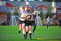 Violação do espaço do tiro do Lacrosse das meninas Fotografia de Stock Royalty Free
