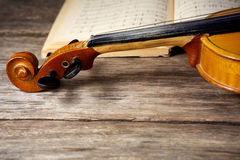 Viola d'annata su partitura Immagine Stock