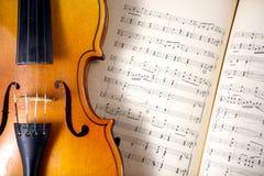 Viola del vintage en partitura Imagenes de archivo