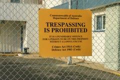 Violare giallo e nero è segnale di pericolo proibito su una palude Fotografia Stock Libera da Diritti