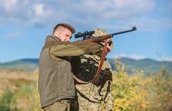 Violation de la loi Concept pochant Activit? pour les hommes brutaux Braconniers de chasseurs recherchant la victime Braconniers  photos stock