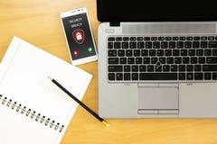 Violazione della sicurezza, schermo dello smartphone, infettato da Internet immagini stock libere da diritti