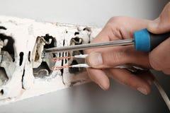 Violazione delle regole elettriche di sicurezza, incavo nocivo nella parete immagini stock