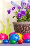 Viole del pensiero variopinte dei coniglietti delle uova di Pasqua Fotografie Stock
